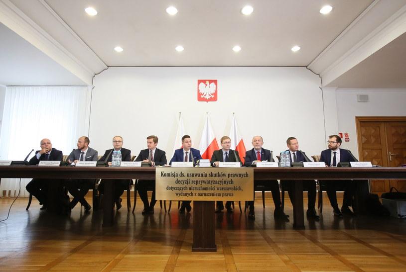 Pierwsza rozprawa przed komisją weryfikacyjną ds. reprywatyzacji /Leszek Szymański /PAP