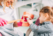 Pierwsza wizyta u stomatologa. Przeczytaj poradnik naszej ekspertki