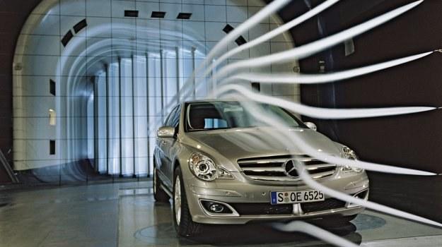 Pierwsze badania aerodynamiczne przeprowadza się na makietach w skali. Prototypy testuje się w tunelu dopiero na dalszym etapie projektowania. /Mercedes