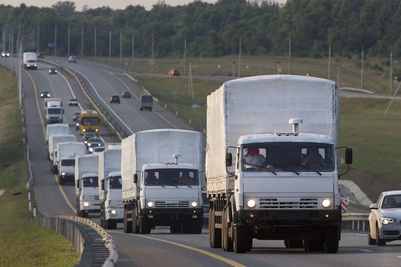 Pierwsze ciężarówki konwoju przejechały przez granicę /East News