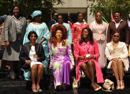 Pierwsze Damy Afryki w Los Angeles, 20 kwietnia 2009. Ida Odinga stoi pierwsza z lewej /AFP