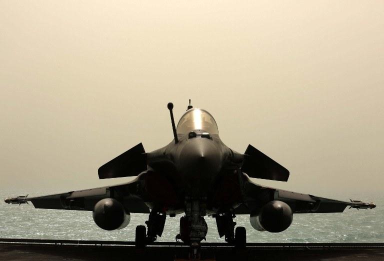Pierwsze myśliwce wielozadaniowe typu Rafale wystartowały w poniedziałek z pokładu lotniskowca /AFP
