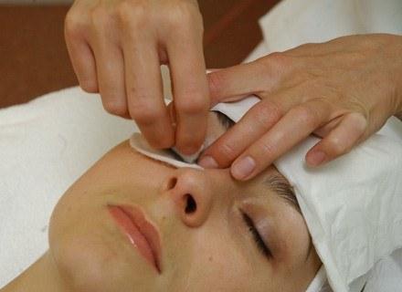 Pierwsze oznaki starzenia skóry wokół oczu pojawiają się już po 20. roku życia /MWMedia