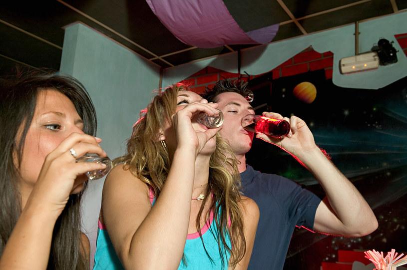 Pierwsze przeprowadzwone badania podczas pandemii świadczą o istotnym zwiększeniu picia alkoholu /123RF/PICSEL