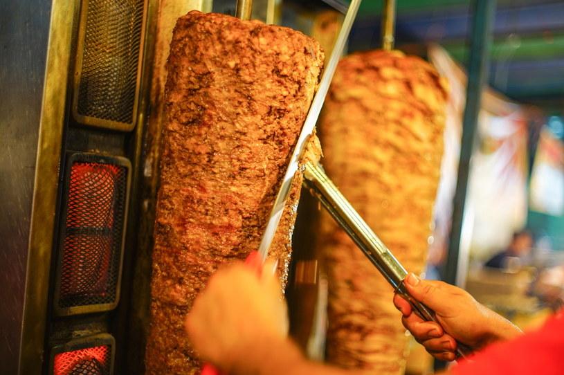 Pierwsze skrzypce w kebabie gra oczywiście mięso. Często wątpliwej jakości... /123RF/PICSEL