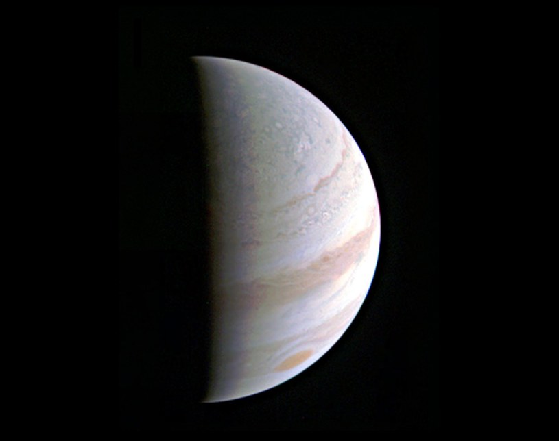 Pierwsze spojrzenie na obszary polarne Jowisza z sondy Juno - 27 sierpnia 2016 z odległości ok 700 tysięcy kilometrów /materiały prasowe