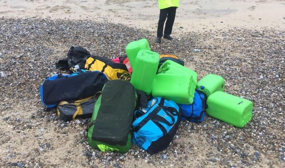 Pierwsze torby zawierające paczki narkotyku znalazły osoby spacerujące po plaży /Handout /PAP/EPA