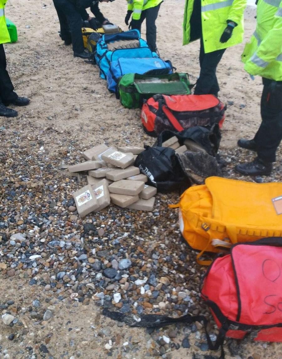 Pierwsze torby zawierające paczki narkotyku znalazły osoby spacerujące po plaży / HANDOUT   /PAP/EPA