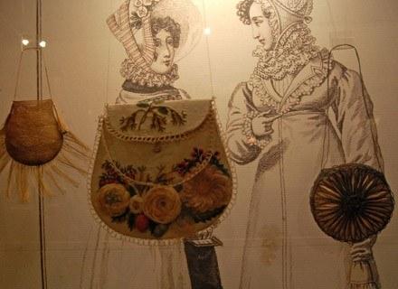 Pierwsze torebki do ręki pojawiły się w modzie na przełomie XVIII i XIX wieku /INTERIA.PL