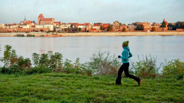 """Pierwsze ujęcia serialu """"Lekarze"""" powstały nad brzegiem Wisły, gdzie Alicja uprawiała jogging. Ekipa wstała bladym świtem, by nakręcić piękne zdjęcia z panoramą Torunia. /TVN"""