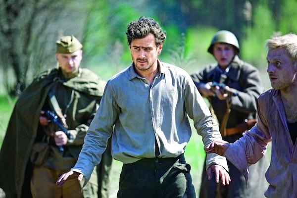 Janek (Antoni Pawlicki) szybko dowie się, że nie wystarczy wydostać się z obozu jenieckiego, by zacząć normalne życie.