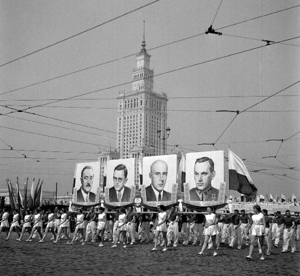 Warszawa, pochód pierwszomajowy na ulicy Marszałkowskiej