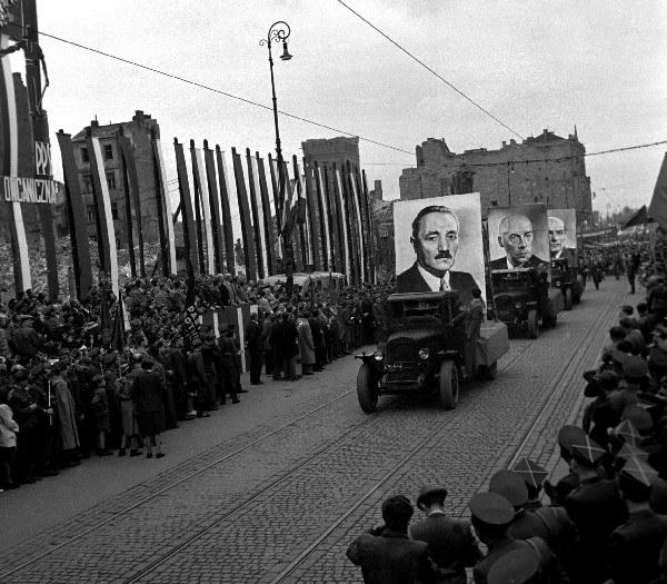 Warszawa, 1950, pochód pierwszomajowy na ulicy Marszałkowskiej