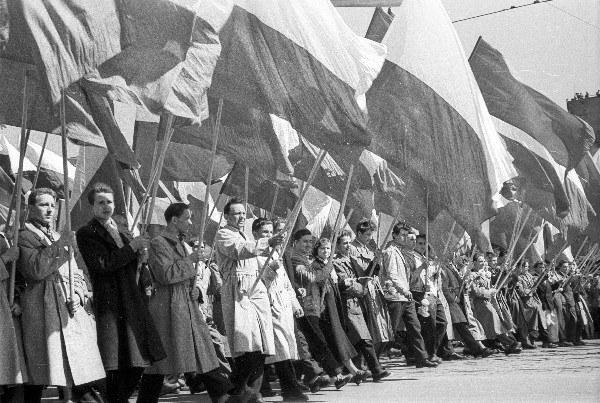 Warszawa, 01.05.1957, pochód pierwszomajowy na ulicy Marszałkowskiej i placu Defilad
