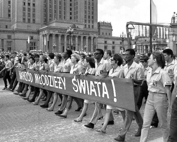 1 Maja 1969 pochód pierwszomajowy na placu Defilad w Warszawie, kolumna młodziezy z krajów Azji i Afryki