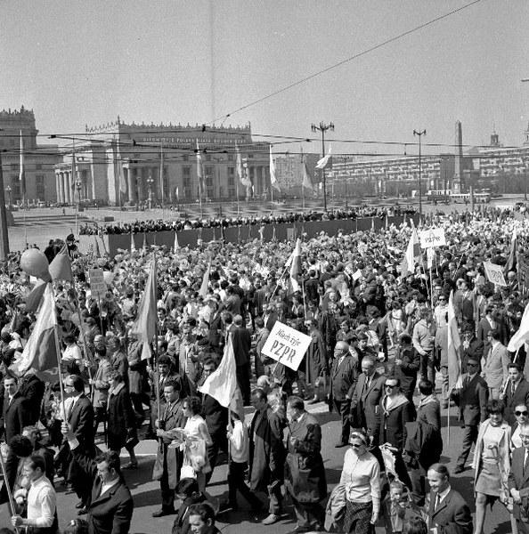 Warszawa, 01.05.1969, pochód pierwszomajowy na placu Defilad