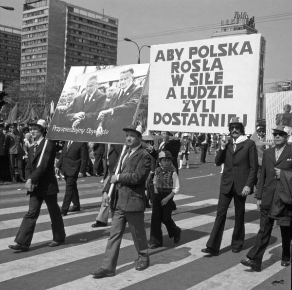 Warszawa, lata 70., pochód pierwszomajowy