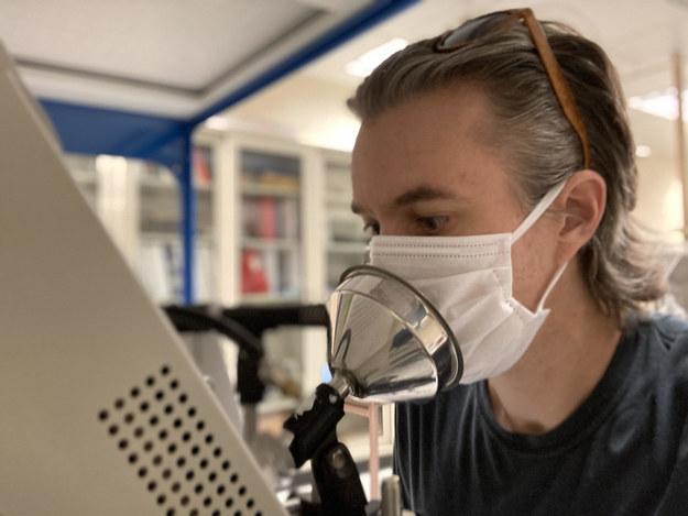 Pierwszy autor pracy, prof. Chris Cappa z UC Davis w trakcie badania emisji cząstek śliny podczas mówienia przez maseczkę /Chris Cappa, UC Davis /Materiały prasowe
