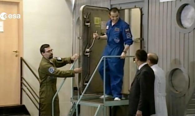 """Pierwszy członek załogi opuszcza """"statek kosmiczny"""" po półtora roku /materiały prasowe"""