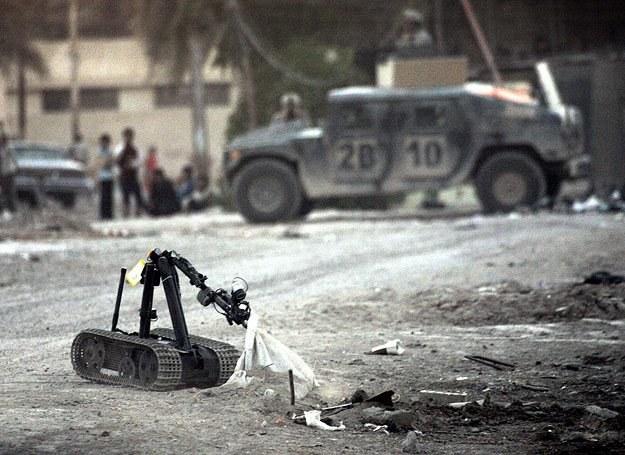 Pierwszy do podejrzanych ładunków podjeżdża robot... /AFP