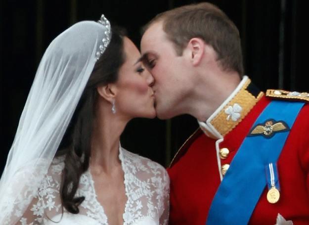 Pierwszy oficjalny pocałunek Williama i Kate (krótko po najsłynniejszym ślubie dekady) /Getty Images/Flash Press Media