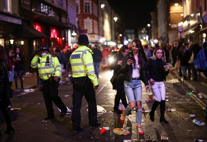 Pierwszy weekend po otwarciu pubów w Wielkiej Brytanii /HENRY NICHOLLS / Reuters /Agencja FORUM