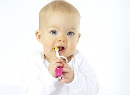 Pierwszy ząbek to duma każdej mamy, ale często i przyczyna płaczu dziecka /© Panthermedia