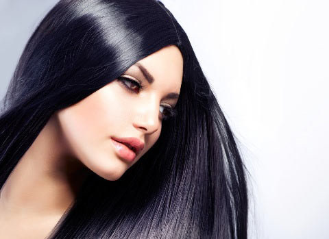 Pierwszym krokiem w zapuszczaniu włosów bywa… ostre cięcie /Materiał prasowy /materiały prasowe