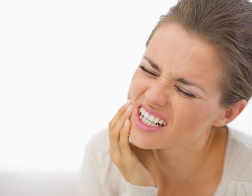 Pierwszym symptomem jest ból zęba /123RF/PICSEL