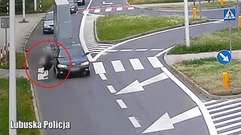 Pieszy na masce samochodu; policja apeluje o ostrożność /Policja