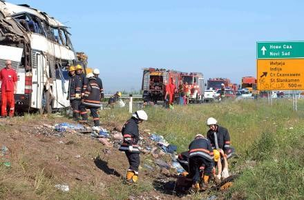 Piętrowym autobusem jechało blisko 70 osób /AFP