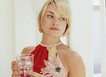 Pij minimum 2 litry wody niegazowanej dziennie /INTERIA.PL