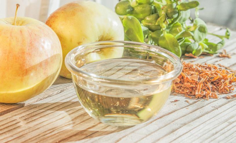 Pij na czczo łyżeczkę octu jabłkowego rozmieszaną w szklance wody /123RF/PICSEL