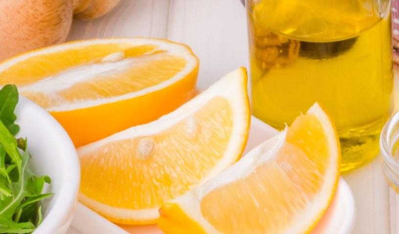 Pij oliwę z cytryną /©123RF/PICSEL