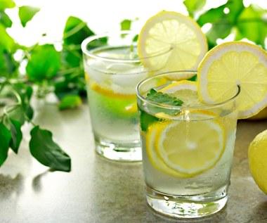 Pij wodę cytrynową zamiast łykać tabletki