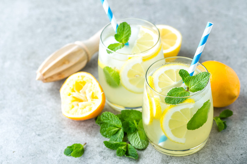 Pij wodę i wodę z cytryną /123RF/PICSEL