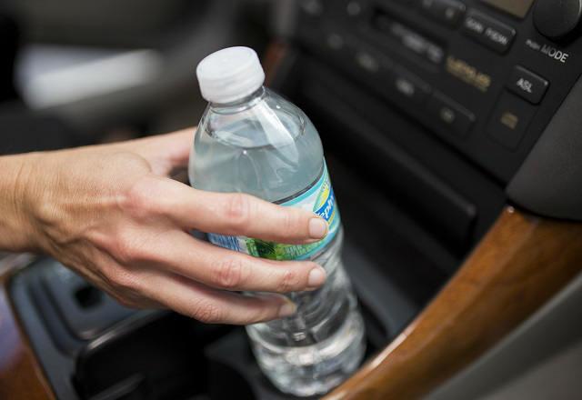 Pij wodę w saomochodzie /© Photogenica