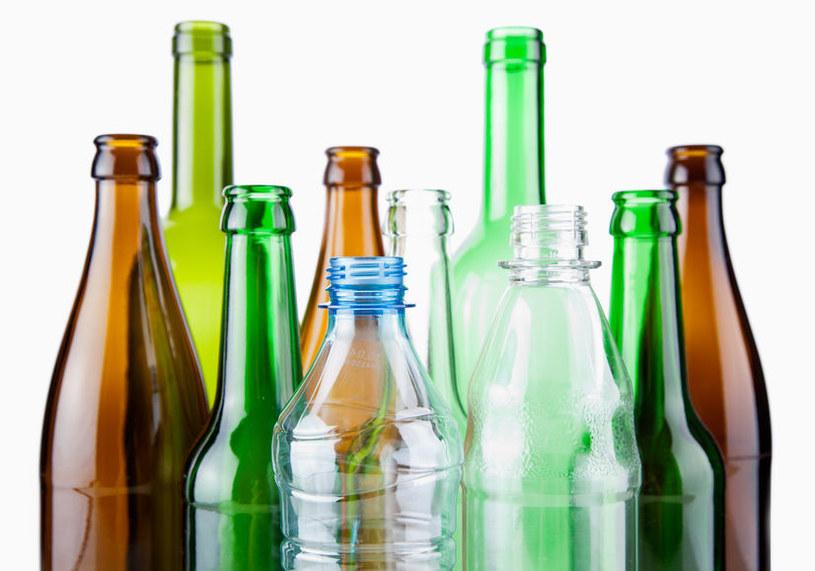 Pij wodę w szklanych butelkach /©123RF/PICSEL