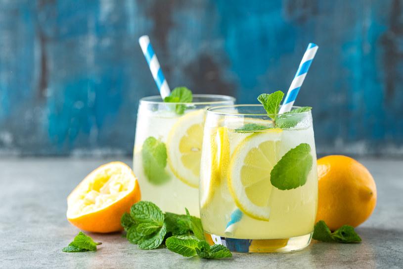 Pij wodę z cytryną dla orzeźwienia i odkwaszenia /123RF/PICSEL