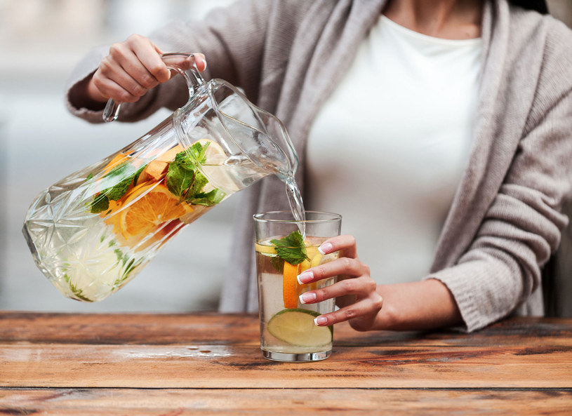 Pij wodę z cytryną, wątroba ci za to podziękuje /123/RF PICSEL /123RF/PICSEL