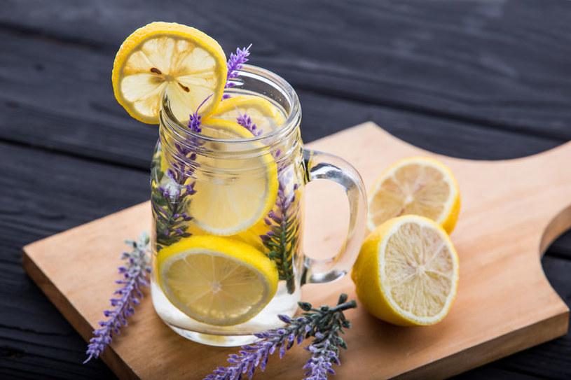 Pij wodę z cytryną /©123RF/PICSEL