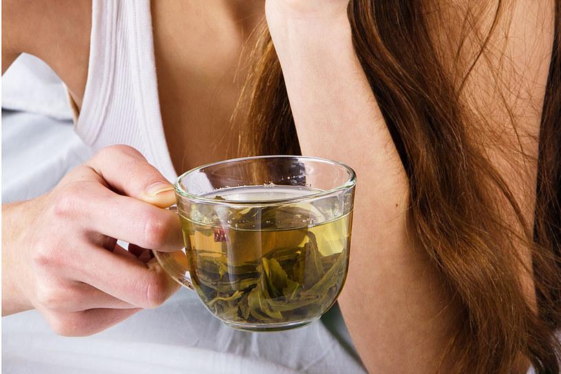 Pij zieloną herbatę - zawarte w niej antyoksydanty obniżają poziom cholesterolu i ciśnienie krwi /123RF/PICSEL