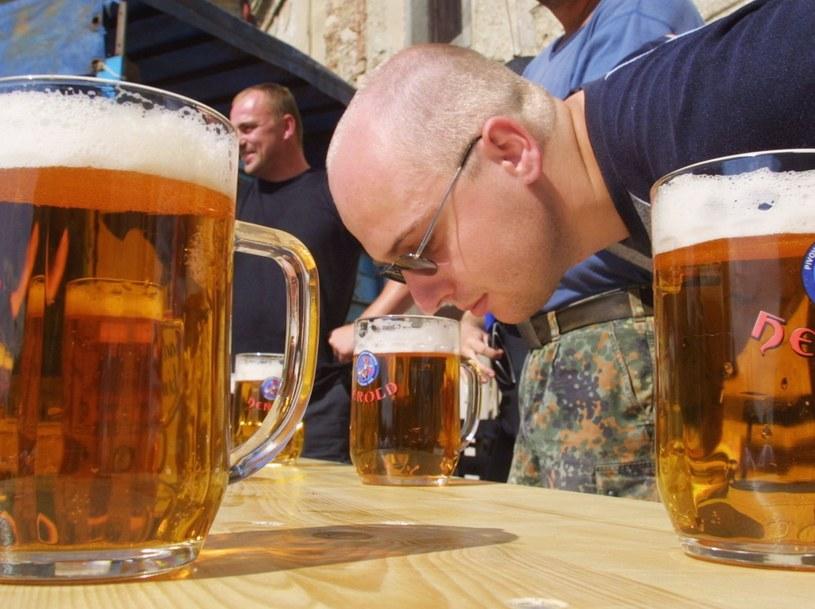 Pijąc pilsenera z grubego kufla, możemy poczuć zapach prawdziwej czeskiej gospody /Getty Images/Flash Press Media