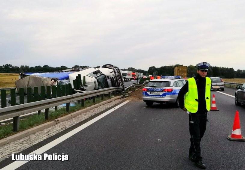 Pijany kierowca doprowadził do wywrócenia ciężarówki /