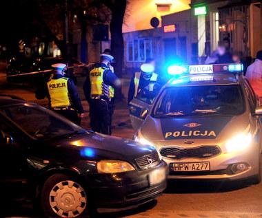 Pijany kierowca przejechał policjantowi po stopach