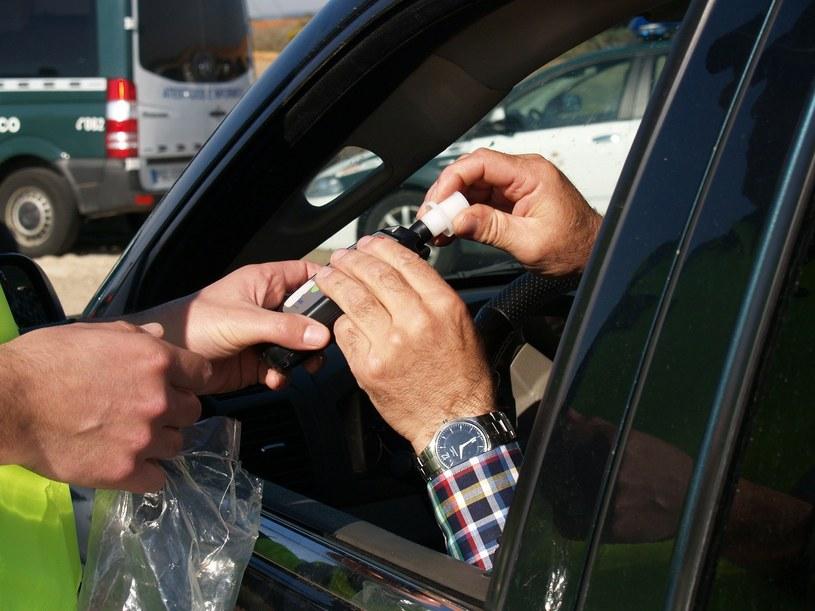 Pijany kierowca zasnął za kierownicą /miguelrd68 /pixabay.com