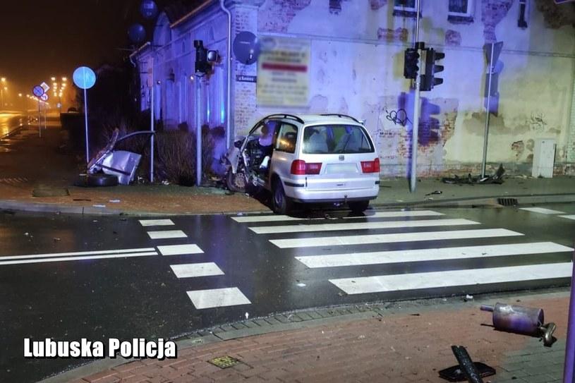 Pijany kierowca został zakleszczony w samochodzie /