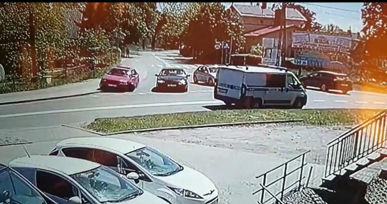 Pijany przejechał przez skrzyżowanie i zatrzymał się przed sklepem. Wszystko na oczach policjantów