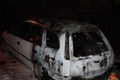 Pijany pseudokibic podpalił dziewięć aut
