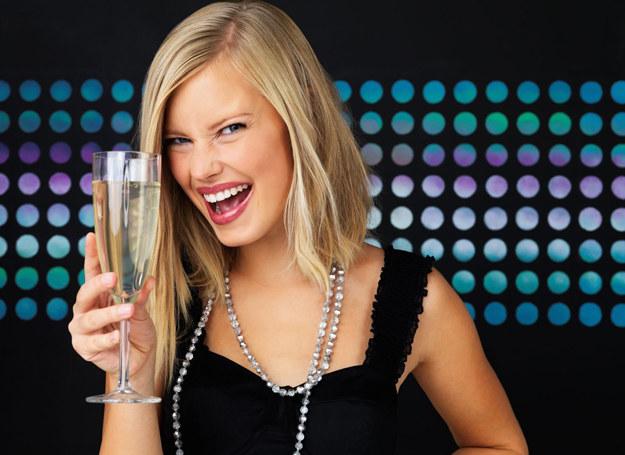 Pijcie szampana na zdrowie! /123RF/PICSEL